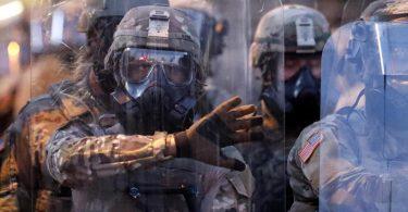 Truppen der Nationalgarde von Georgia bereiten sich 9n Atlanta auf die Durchsetzung der Ausgangssperre vor. Foto: John Bazemore/AP/dpa