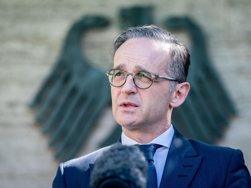 Außenminister Heiko Maas gibt vor dem Auswärtigen Amt eine Erklärung zu den Reisewarnungen ab. Foto: Kay Nietfeld/dpa