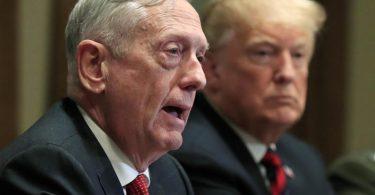 Der damalige US-Verteidigungsminister James Mattis (l) sitzt während eines Briefings mit hochrangigen Militärführern neben Donald Trump. Mattis hat den US-Präsidenten scharf kritisiert. Foto: Manuel Balce Ceneta/AP/dpa