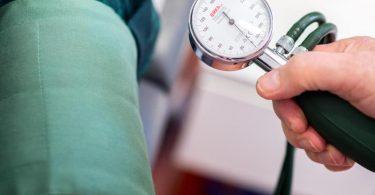 Das RKI schätzt Bluthochdruck als Risikofaktor bei einer Covid-19-Erkrankung ein. Da das Risiko aber auch mit dem Alter steigt, könnte eine erhöhte Bluthochdruck-Rate auch von der Alterskohorte abhängen. Foto: Hauke-Christian Dittrich/dpa