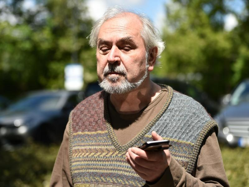 Manfred Scharbach, Vorsitzender vom Allgemeinen Blinden- und Sehbehindertenverein, hört der Sprachausgabe seines Handys. Foto: Sven Braun/dpa