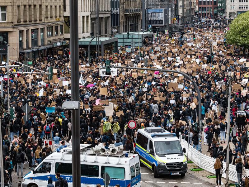 Die Polizei sprach von 9000 Teilnehmern am Jungfernstieg. Foto: Markus Scholz/dpa
