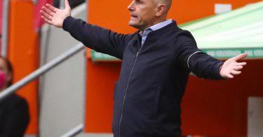 Augsburgs Trainer Heiko Herrlich wetterte gegen die Elfmeter-Entscheidung. Foto: Michael Dalder/Reuters-Pool/dpa