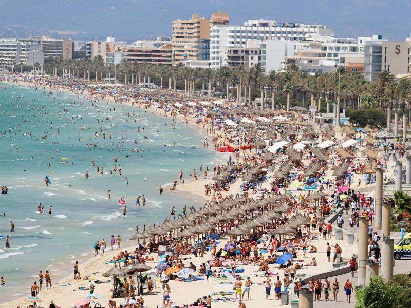 Strand von El Arenal auf der Balearen-Insel Mallorca. Foto: Clara Margais/dpa