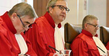 Der scheidende Gerichtspräsident Andreas Voßkuhle verkündet in Karlsruhe das Urteil. Foto: Uli Deck/dpa