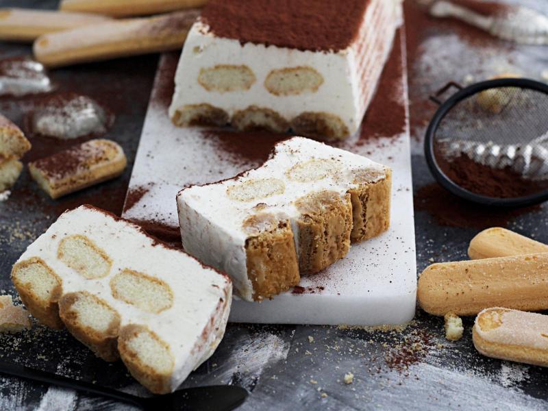 Schichtweise kommen Eis und Löffelbiskuits in eine Kastenform. Foto: Mareike Winter/biskuitwerkstatt.de/dpa-tmn