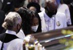 Familienmitglieder von George Floyd halten während der Trauerfeier am Sarg inne. Foto: David J. Phillip/AP POOL/dpa