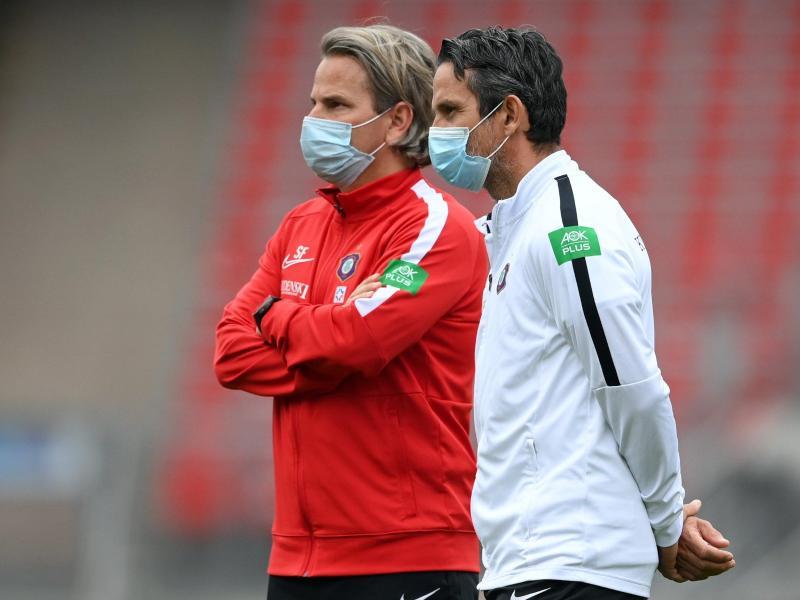 Spieler, Trainer und Schiedsrichter am Spielfeldrand müssen keinen Mund-Nasen-Schutz mehr tragen. Foto: Matthias Hangst/Getty Images Europe/Pool/dpa