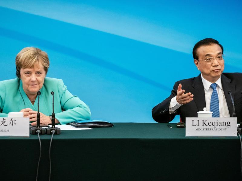 Bundeskanzlerin Merkel sitzt im September 2019 neben Li Keqiang. Nun finden die Gespräche per Videokonferenz statt. Foto: Michael Kappeler/dpa