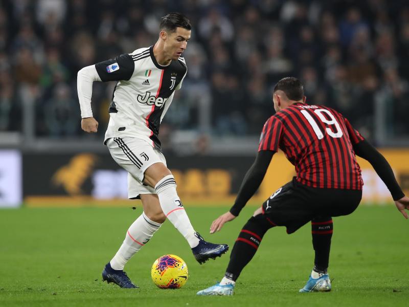 Cristiano Ronaldo (l) trifft im Pokal-Halbfinale mit Juve auf Theo Hernandez und de AC Mailand. Foto: Jonathan Moscrop/CSM via ZUMA Wire/dpa