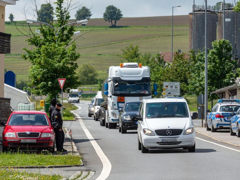Autos fahren an der deutsch-tschechischen Grenze Richtung Tschechien. Nach fast drei Monaten öffnet Tschechien wieder seine Grenze für Bürger aus Deutschland, Österreich und Ungarn. Foto: Armin Weigel/dpa