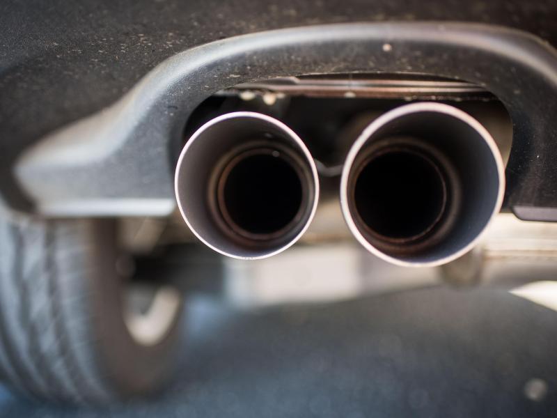 Der Auspuff eines SUV. Hoher Spritverbrauch soll auch bei der KfZ-Steuer mehr kosten. Foto: Julian Stratenschulte/dpa