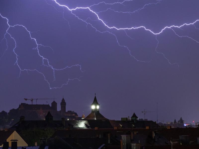 Sommergewitter und Regen haben die Einsatzkräfte in ganz Deutschland beschäftigt. Foto: Daniel Karmann/dpa