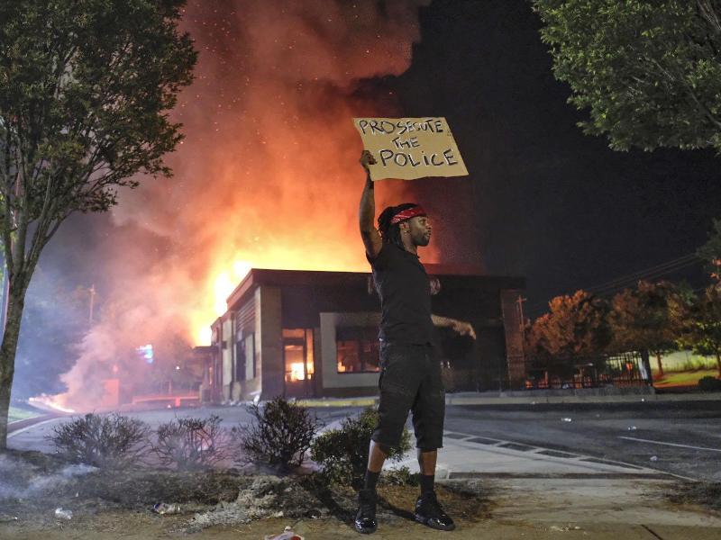 Atlanta: Ein 27-jähriger Afroamerikaner wurde von der Polizei erschossen. Jetzt brennt ein Restaurant. Foto: Ben Gray/Atlanta Journal-Constitution/AP/dpa