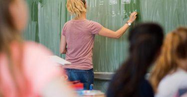 Eine junge Lehrerin beim Unterricht. Foto: Julian Stratenschulte/dpa
