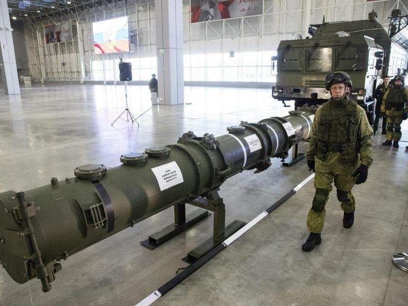 Ein Offizier geht an dem Marschflugkörper vom Typ 9M729 (Nato-Code: SSC-8) entlang, im Hintergrund die Startvorrichtung. SSC-8 soll in der Lage sein, Marschflugkörper abzufeuern, die sich mit Atomsprengköpfen bestücken lassen und mehr als 2000 Kilometer weit fliegen können. Foto: Pavel Golovkin/AP/dpa