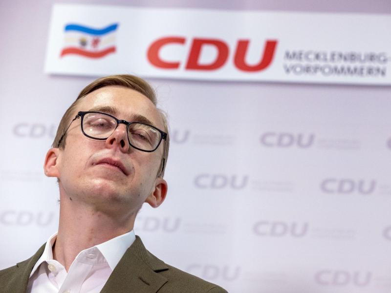 Der Bundestagsabgeordnete Philipp Amthor (CDU) beantwortet bei einer Pressekonferenz die Fragen von Journalisten. Foto: Jens Büttner/dpa-Zentralbild/dpa