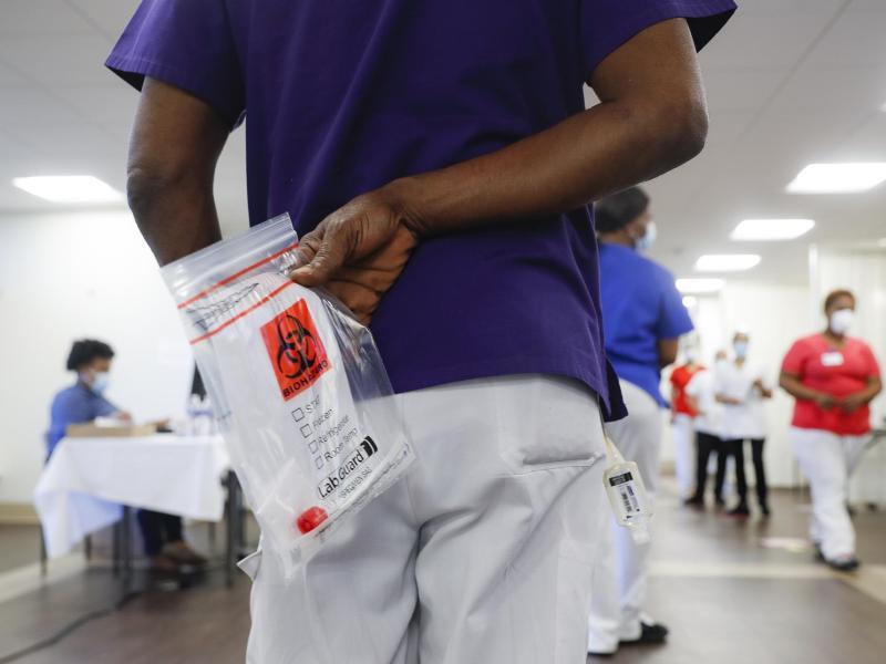 Mitarbeiter eines Pflegeheims in New York warten darauf, auf Covid-19 getestet zu werden. Foto: John Minchillo/AP/dpa