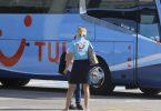 Eine TUI-Mitarbeiterin wartet am Flughafen Palma de Mallorca auf die ersten Reisenden. Foto: Clara Margais/dpa