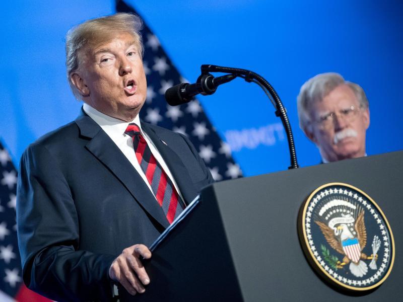 US-Präsident Donald Trump klagt gegen das Buch von John Bolton (r). Foto: Bernd von Jutrczenka/dpa
