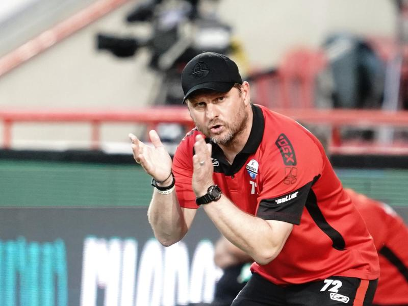 Paderborns Trainer Steffen Baumgart reagiert während des Spiels gegen Union Berlin. Foto: Kay Nietfeld/dpa