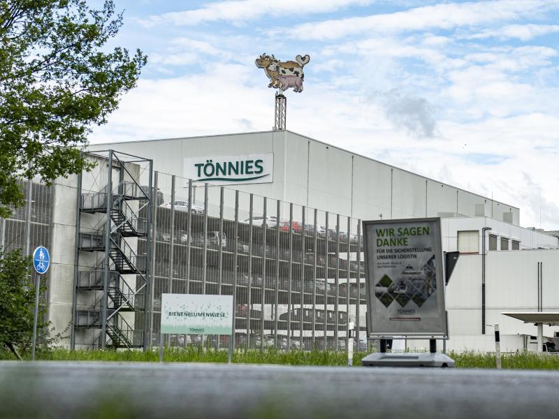 Außenansicht des Firmengeländes vom Fleischwerk Tönnies in Rheda-Wiedenbrück. Foto: David Inderlied/dpa