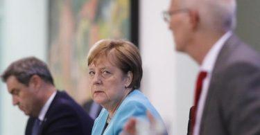 Bundeskanzlerin Angela Merkel nimmt zusammen mit dem bayerischen Ministerpräsident Markus Söder und Hamburgs Erstem Bürgermeister Peter Tschentscher nach Abschluss der Beratungen an einer Pressekonferenz teil. Foto: Markus Schreiber/AP-Pool/dpa