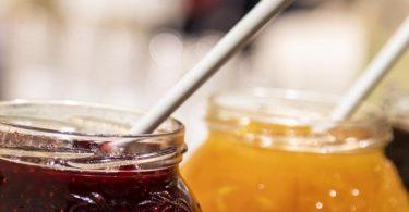 Konfitüren gibt es nicht als Bio-Version. Denn Bio-Hersteller verwenden alternative Süßungsmittel statt Zucker. Ihre Produkte nennen sich deshalb Fruchtaufstriche. Foto: Christin Klose/dpa-tmn