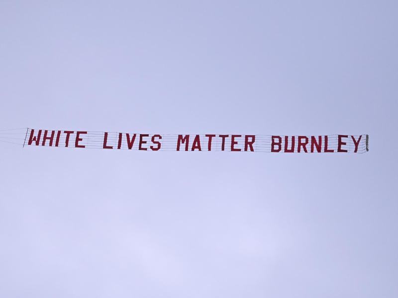 Ein Flugzeug zieht kurz nach dem Anpfiff ein Banner über das Etihad-Stadion. Foto: Shaun Botterill/Pool Getty/AP/dpa