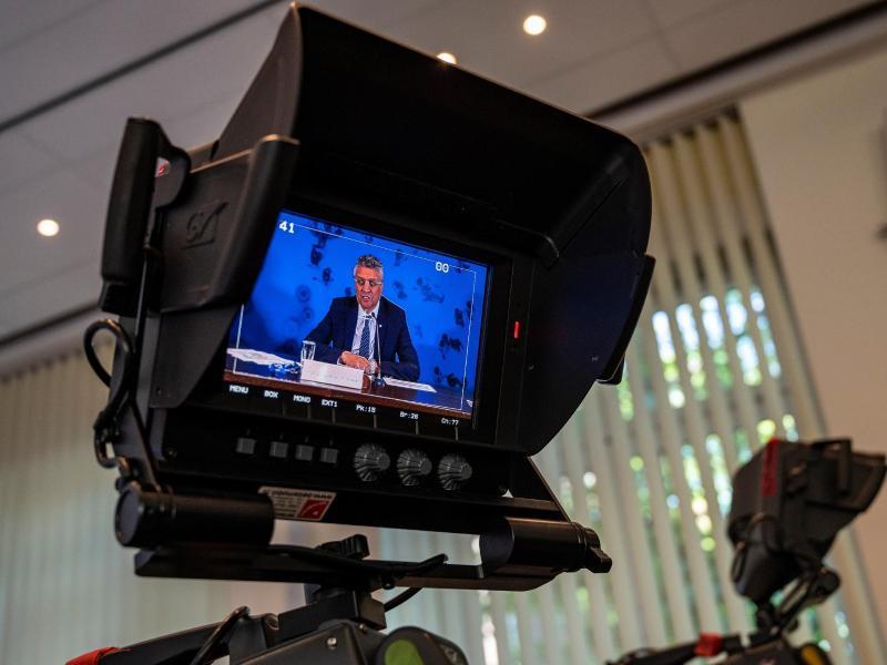 Auf einem Videomonitor ist Lothar H. Wieler, Präsident des Robert Koch-Instituts (RKI), zu sehen. Foto: John Macdougall/AFP-Pool/dpa