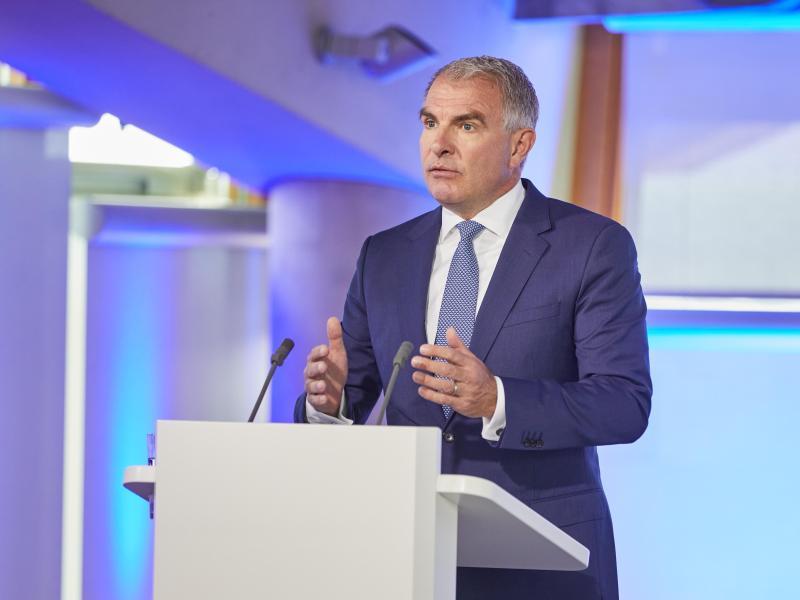 Lufthansa-Chef Carsten Spohr spricht bei der Außerordentlichen Hauptversammlung. Foto: Oliver Roesler/Lufthansa/dpa