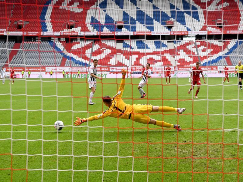 Fast schon ein gewohntes Bild in Zeiten von Corona:Bundesliga-Spiele vor leeren Rängen. Foto: Sven Hoppe/dpa-Pool/dpa