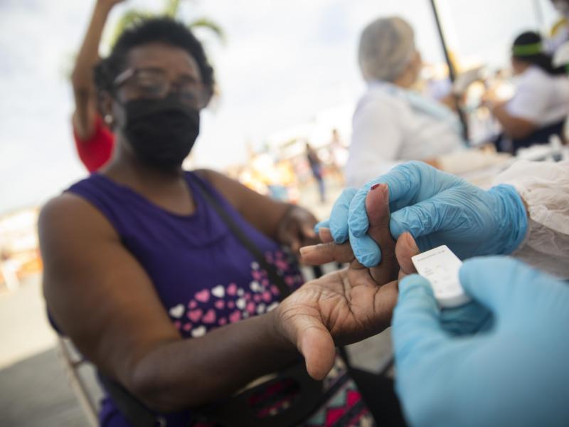 Ein Arzt nimmt im Rahmen einer groß angelegten Untersuchung der Bevölkerung in Brasilien eine Blutprobe. Foto: Fernando Souza/ZUMA Wire/dpa