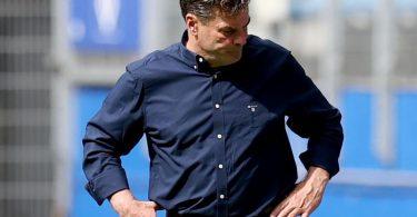 Nach der blamablen Vorstellung seiner Spieler schaut HSV-Trainer Dieter Hecking zu Boden. Foto: Christian Charisius/dpa