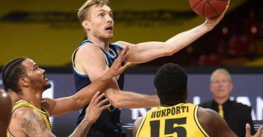 Niels Giffey (M.) führte Alba zur Meisterschaft. Foto: Christof Stache/AFP-Pool/dpa