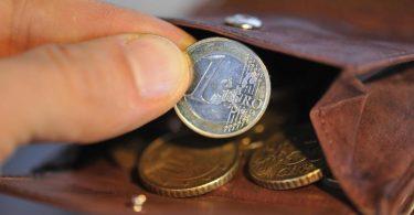 Der Mindestlohn soll bis 2022 auf 10,45 Euro steigen. Foto: Andreas Gebert/dpa
