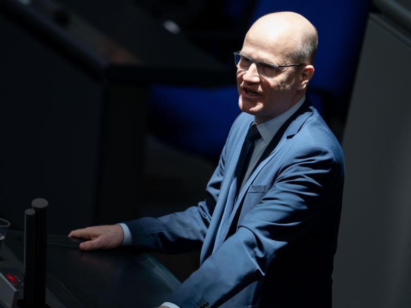 Ralph Brinkhaus spricht im März bei der 154. Sitzung des Bundestages. Er und CSU-Landesgruppenchef Alexander Dobrindt haben ein Mandat erhalten, mit der SPD zu verhandeln. Foto: Kay Nietfeld/dpa