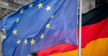 Die Deutschland- und die Europaflagge vor dem Reichstagsgebäude. Deutschland übernimmt ab heute für ein halbes Jahr die EU-Ratspräsidentschaft. Foto: Kay Nietfeld/dpa
