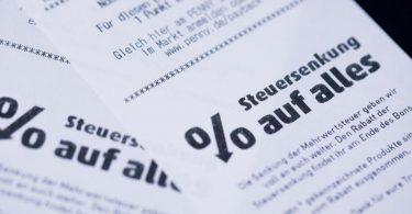 """""""Steuersenkung auf alles"""": Beim Einkaufen fallen ab heute für ein halbes Jahr nur noch 16 statt 19 Prozent Mehrwertsteuer an. Foto: Rolf Vennenbernd/dpa"""