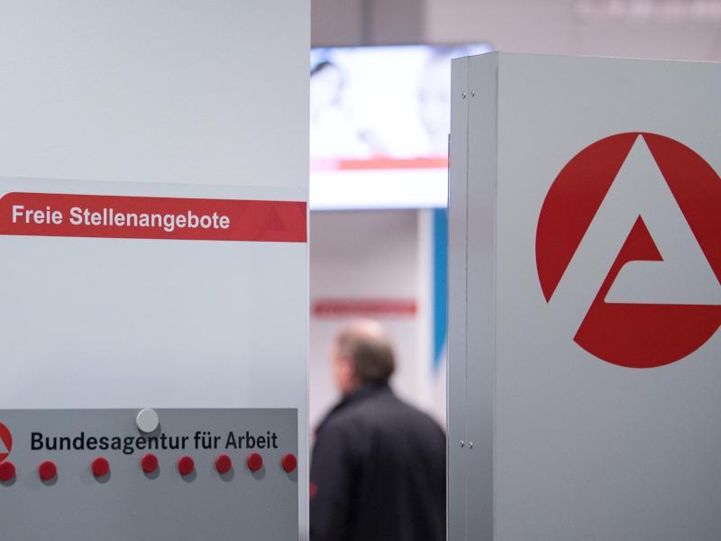 Ein Mann im Wartebereich hinter einer Stellwand für Stellenangebote in Stuttgart. Foto: Sebastian Gollnow/dpa