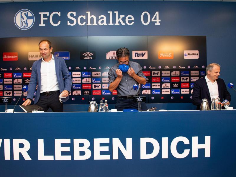 Marketing-Vorstand Alexander Jobst, Trainer David Wagner und Jochen Schneider (l-r) nahmen zur Schalke-Situation Stellung. Foto: Guido Kirchner/dpa