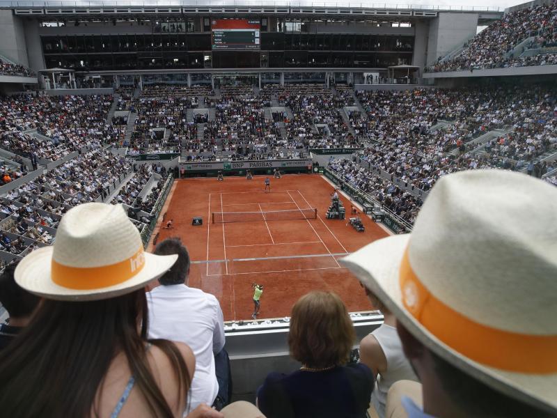 Die French Open in Paris finden nun mit einigen Zuschauern statt. Foto: Christophe Ena/AP/dpa