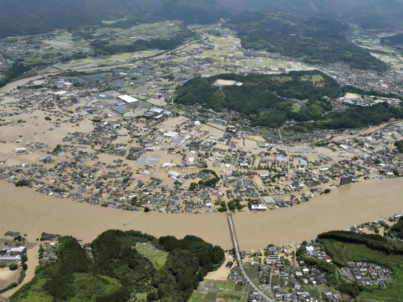 Wegen massiver Überflutungen müssen sich Hunderttausende in Sicherheit bringen. Foto: Uncredited/Kyodo News/AP/dpa