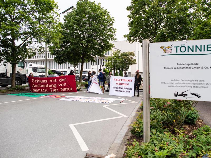 Aktivisten haben die Einfahrt der Firma Tönnies in Rheda-Wiedenbrück besetzt. Foto: Guido Kirchner/dpa