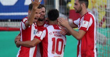 Die Würzburger Kickers steigen als zweite Mannschaft direkt in die 2. Liga auf. Foto: Daniel Karmann/dpa