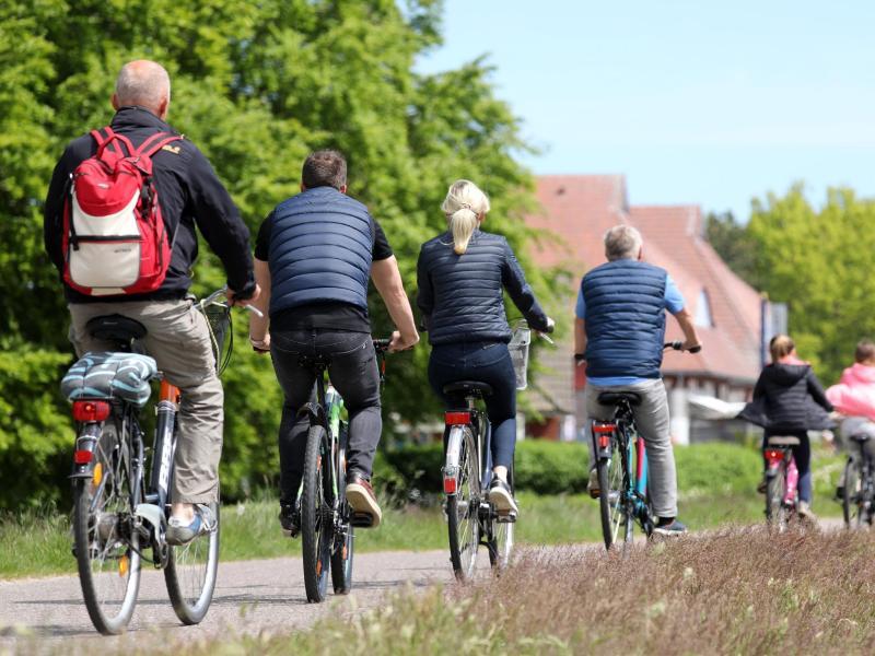 Mehr Rad, mehr zu Fuß: Die Corona-Pandemie hat einer neuen Studie zufolge das Bewegungsverhalten vieler Deutscher verändert. Foto: Bernd Wüstneck/dpa-Zentralbild/dpa
