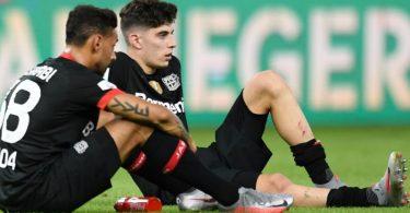 Die Leverkusener Kai Havertz (r) und Karim Bellarabi waren nach dem verlorenen Pokal-Finale frustriert. Foto: Annegret Hilse/Reuters/POOL/dpa