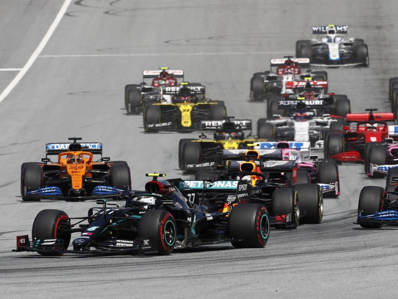 Mercedes-Pilot Valtteri Bottas (v.) setzte sich vom Start weg ab. Foto: Darko Bandic/AP/dpa