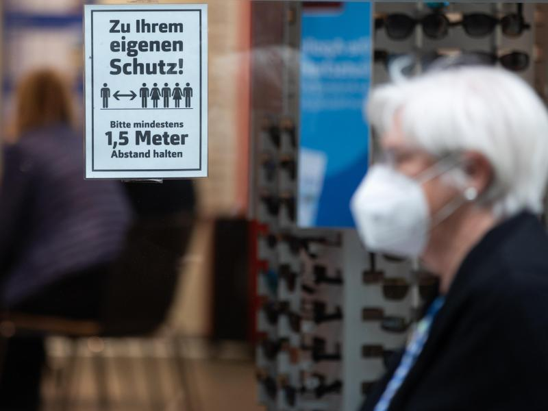 Die Länder haben sich auf eine Bebehaltung der Maskenpflicht verständigt. Foto: Tom Weller/dpa