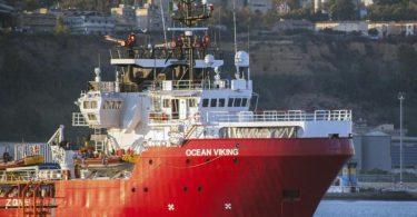 Das Rettungsschiff «Ocean Viking» liegt im Hafen von Porto Empedocle auf Sizilien vor Anker. Das Rettungsschiff der humanitären Gruppe SOS Mediterranee mit 180 Migranten, die tagelang an Bord gestrandet waren, hat endlich einen italienischen Hafen erreicht. Foto: Fabio Peonia/LaPresse/AP/dpa